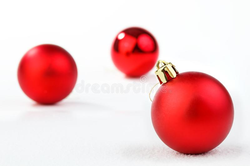 Ornamento di Natale di festa in neve, isolata su fondo bianco immagine stock libera da diritti