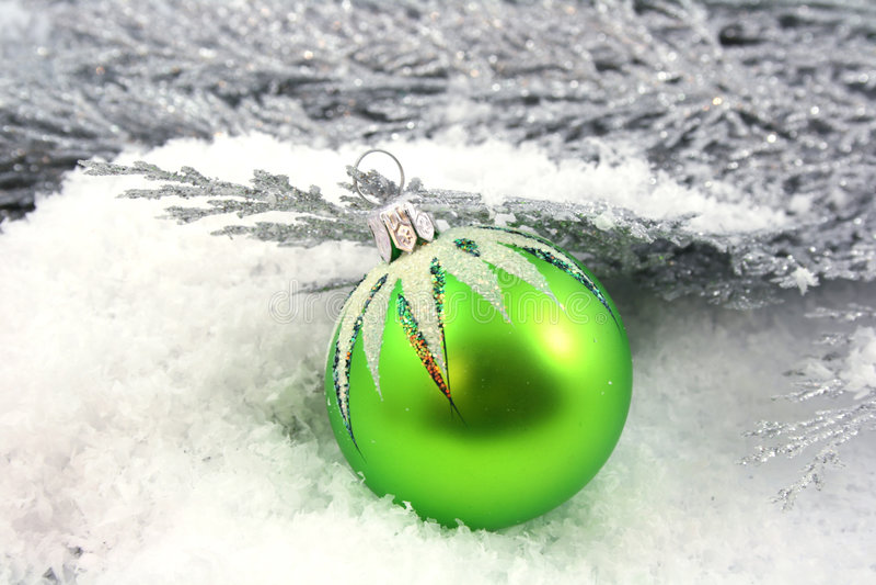 Ornamento di natale su neve fotografie stock libere da diritti