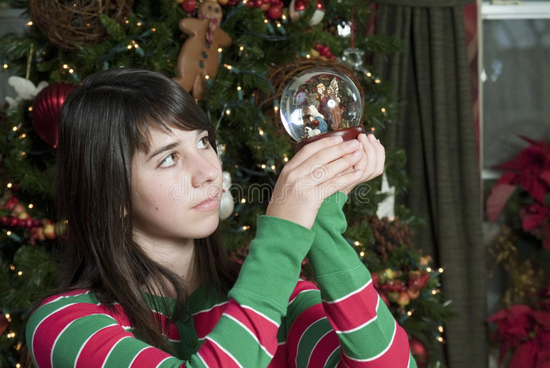 Download Ornamento Di Natività Della Holding Della Ragazza Immagine Stock - Immagine di bello, manger: 7318397