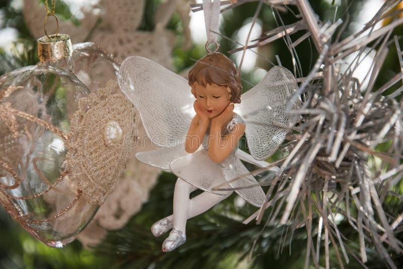 Ornamento do anjo na árvore de Natal Foto bonita do feriado foto de stock