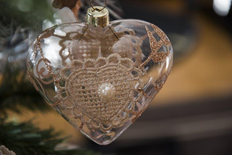 Ornamento do coração que pendura na árvore de Natal Fim bonito acima do HOL foto de stock royalty free