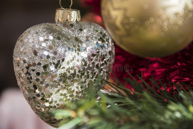 Ornamento do coração que pendura na árvore de Natal Fim bonito acima do HOL imagens de stock