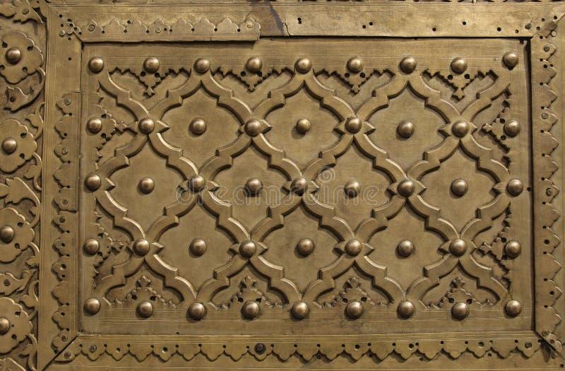 Ornamento do metal na porta velha imagem de stock