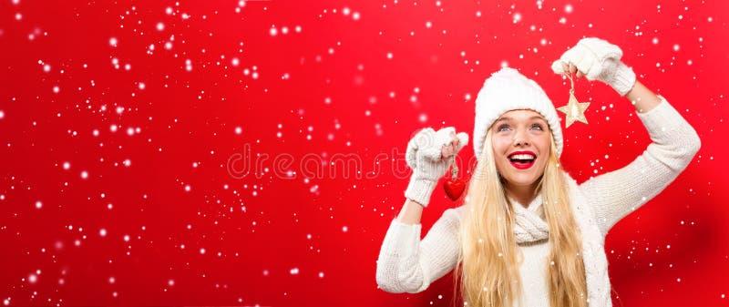 Ornamento do Natal da terra arrendada da mulher fotos de stock