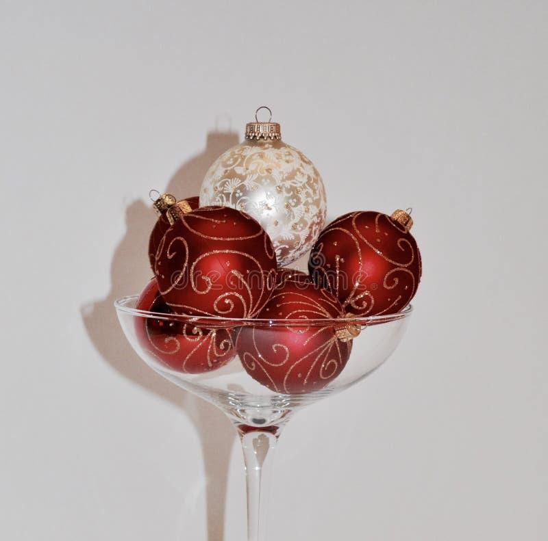 Ornamento do Natal dentro sobre o vidro feito sob medida do champanhe imagem de stock royalty free