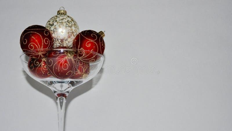 Ornamento do Natal dentro sobre o vidro feito sob medida do champanhe fotos de stock