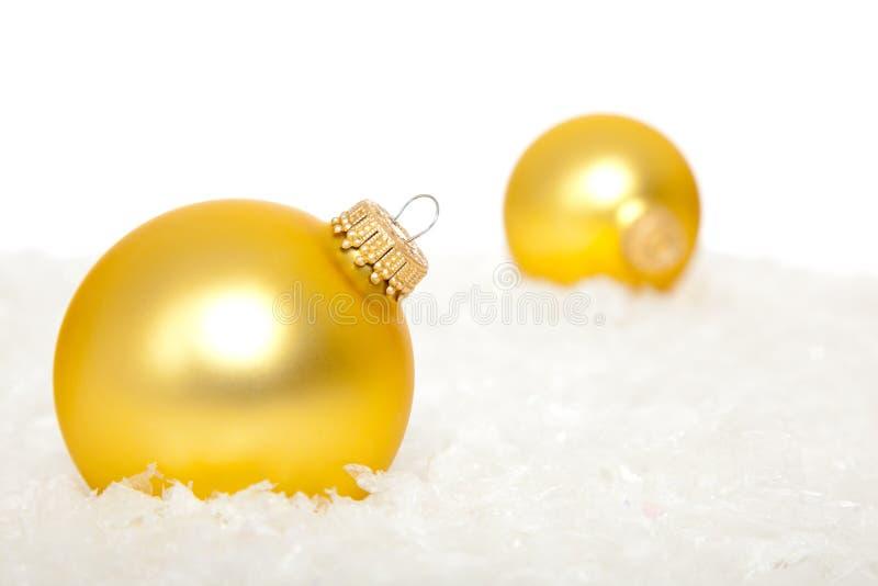 Ornamento do Natal do ouro na neve fotos de stock