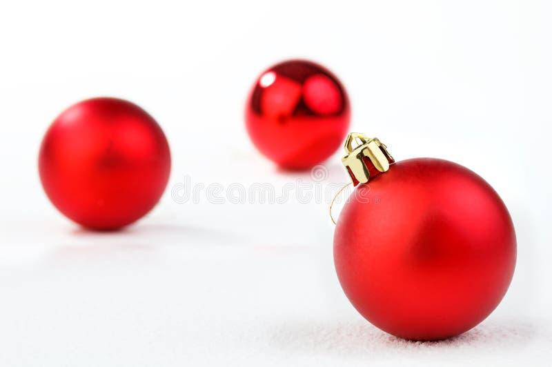 Ornamento do Natal do feriado na neve, isolada no fundo branco imagem de stock royalty free