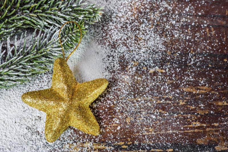 Ornamento do Natal sob a forma da estrela na placa imagem de stock royalty free