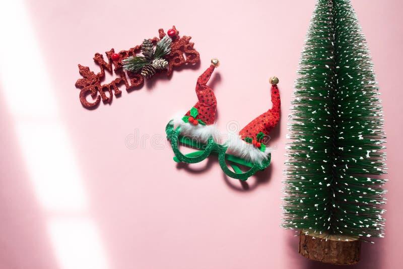 Ornamento do Natal, suportes da forma e árvore no fundo cor-de-rosa com luz solar foto de stock