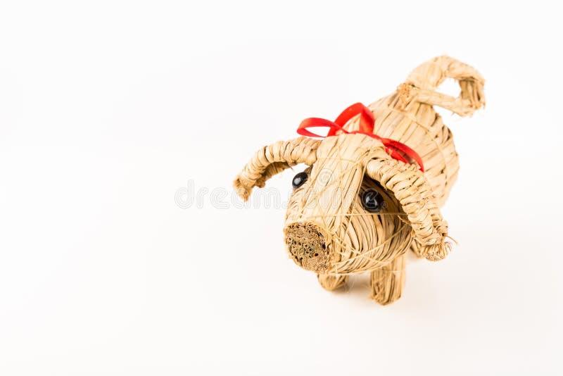 Ornamento do porco do Natal, porco pequeno bonito feito do feno isolado no fundo branco, espaço da cópia imagem de stock