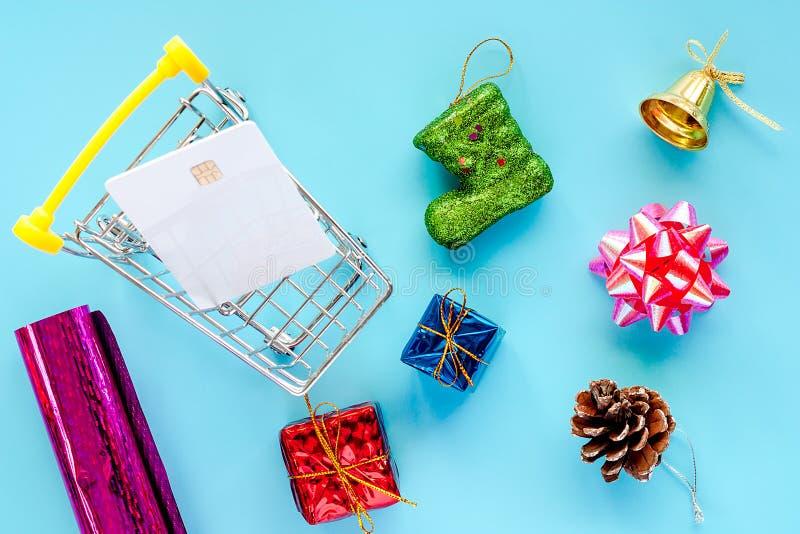 Ornamento do Xmas com o cartão de microplaqueta do crédito vazio e o mini carro da compra fotos de stock royalty free