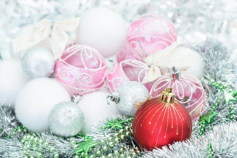 Ornamento do xmas e bolas brancos e vermelhos do Natal no holi do brilho foto de stock