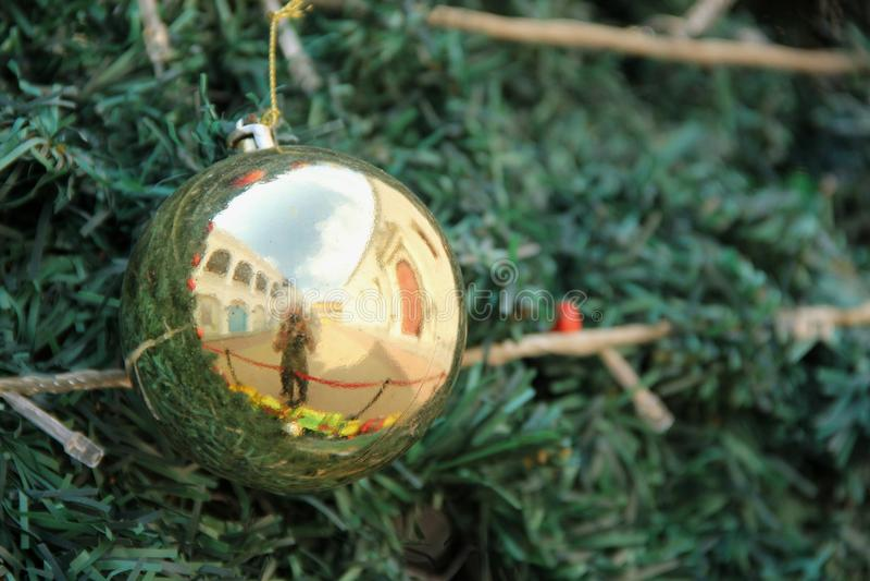 Ornamento dourado do Natal fotografia de stock royalty free