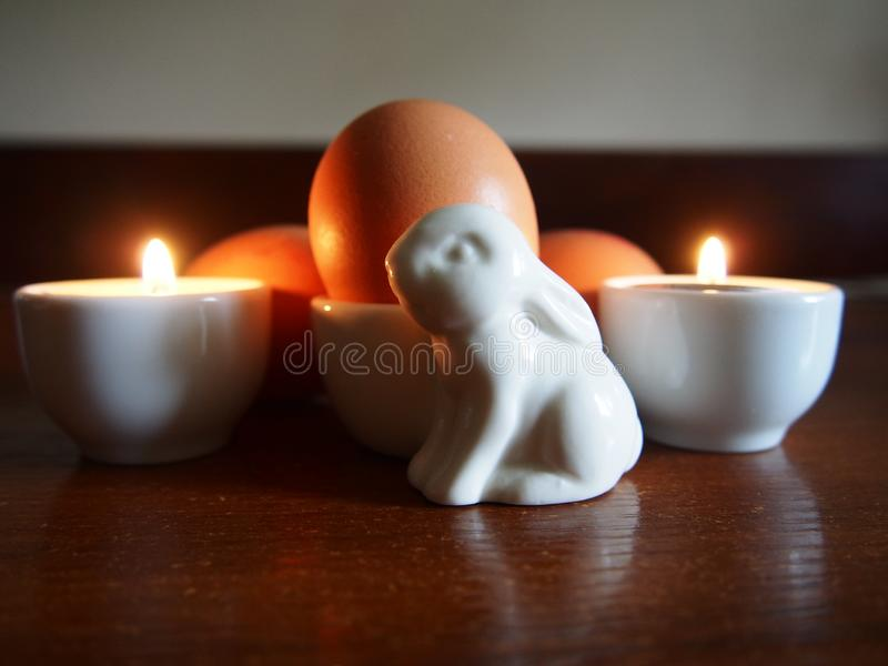 Ornamento e ovos do coelhinho da Páscoa fotografia de stock