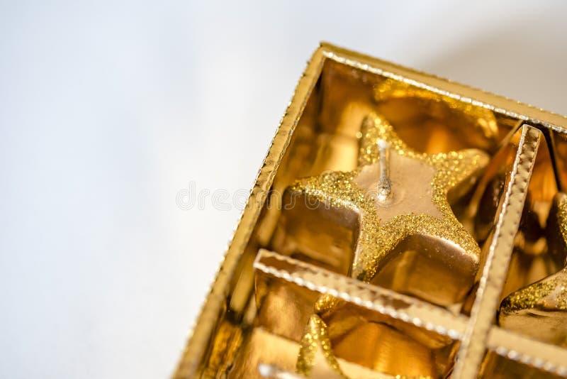 Ornamento efervescentes dourados do Natal na caixa no branco, sala para a cópia foto de stock royalty free