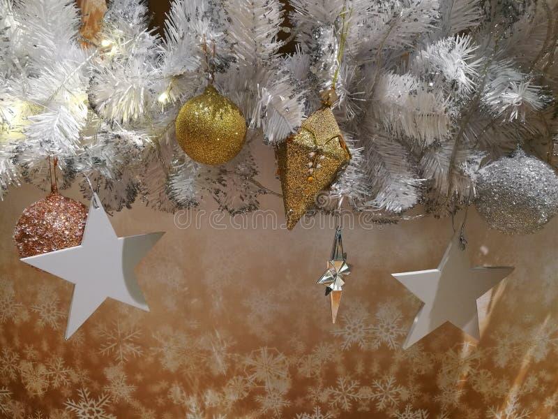 Ornamento embelezado do ouro da decoração da árvore de Natal, bola de suspensão, estrela de prata e ouropel fotografia de stock royalty free
