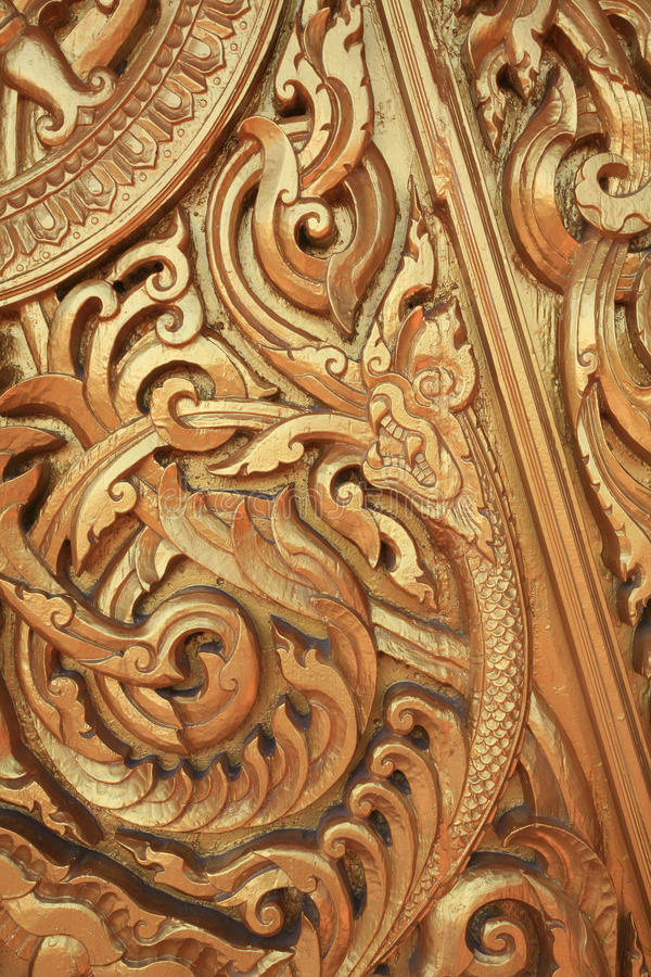 Ornamento: escultura do ouro do naga e do incêndio fotografia de stock royalty free