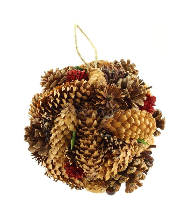 Ornamento fatto a mano di natale del cono del pino immagini stock libere da diritti