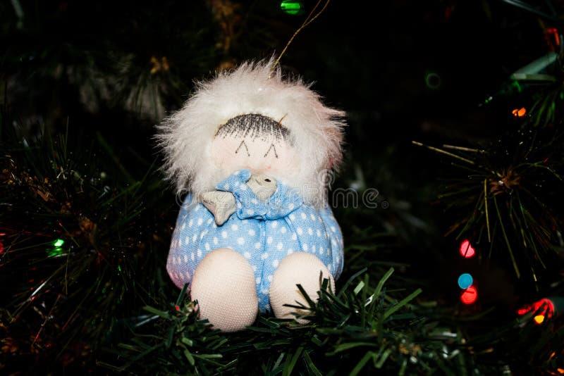 Ornamento feito a mão do Natal de um esquimó que guarda um peixe em uma árvore de Natal fotografia de stock royalty free