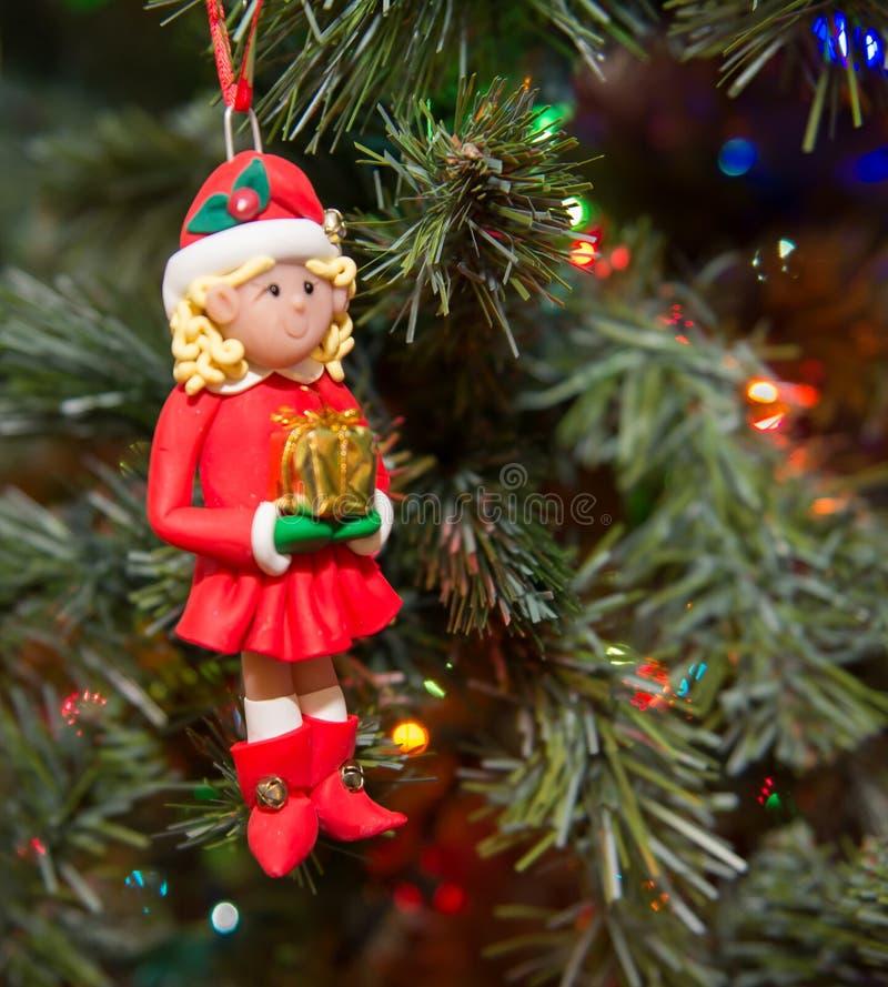 Ornamento femminile dell'elfo dell'albero di Natale che appende con le luci fotografia stock libera da diritti