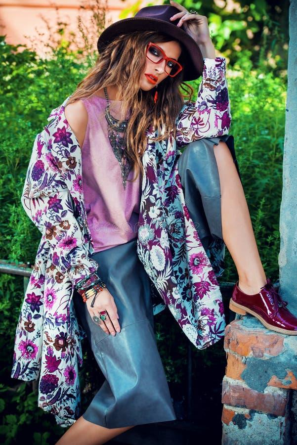 Ornamento florais na roupa imagens de stock