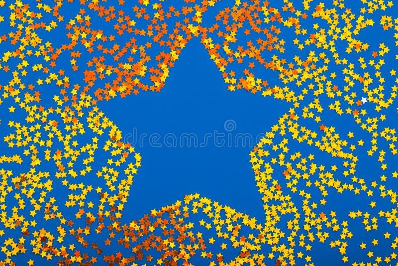 Ornamento a forma di stella brillante dorato di Natale isolato fotografie stock libere da diritti