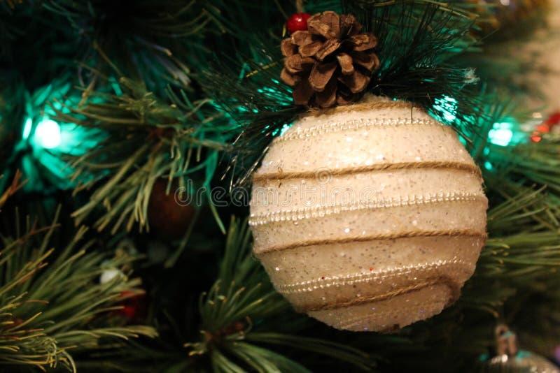 Ornamento hecho a mano blanco que cuelga en un árbol de navidad imagen de archivo libre de regalías