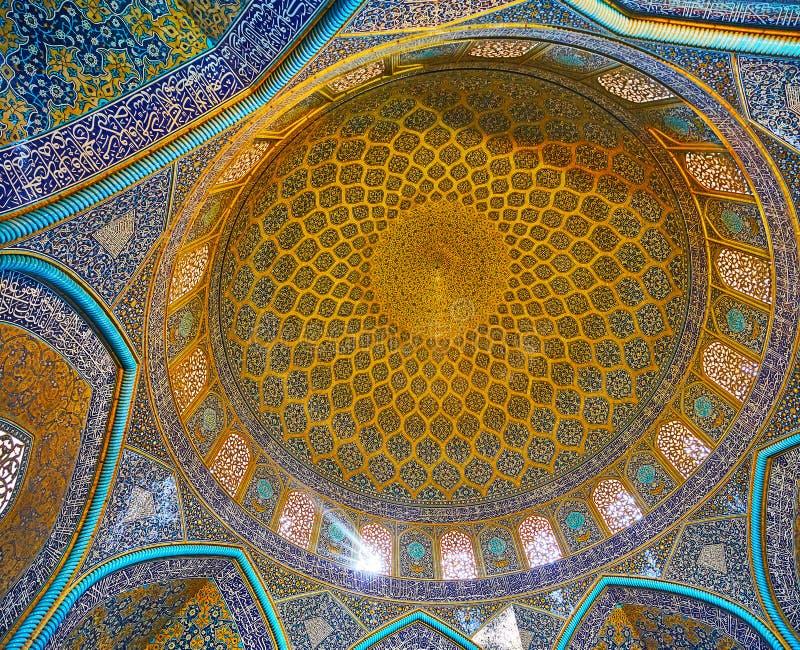 Ornamento no interior de Sheikh Lotfollah Mosque, Isfahan, Irã fotografia de stock royalty free