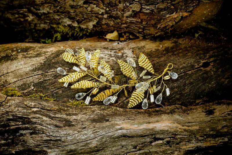 Ornamento para la plata del aro de la guirnalda del pelo y el peinado de oro de las piedras diseñar el perno de pelo hecho a mano fotografía de archivo libre de regalías