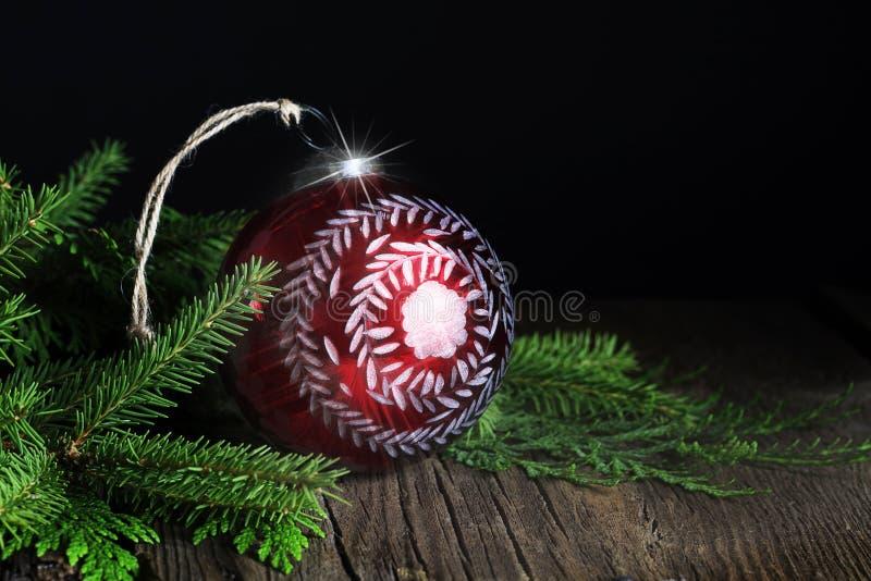 Ornamento pintado a mano rojo de la Navidad con árbol de hoja perenne fotos de archivo