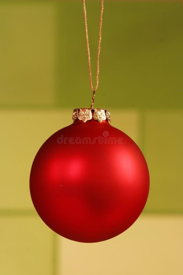 Ornamento rojo en fondo verde. imagen de archivo libre de regalías