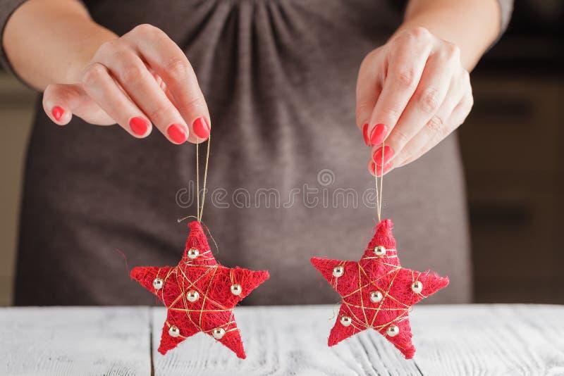 Ornamento rosso di Natale sotto forma di una stella fotografie stock
