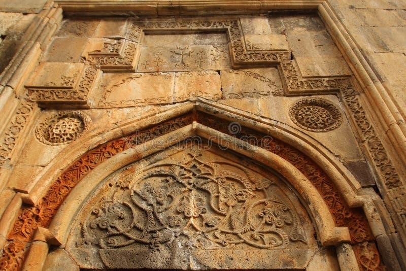 Ornamento sobre la puerta del templo principal en el monasterio de Geghard, Armenia fotografía de archivo libre de regalías