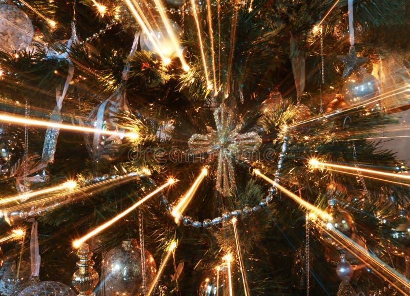 Ornamento trasversale astratto sull'albero di Natale con i fasci luminosi immagini stock libere da diritti
