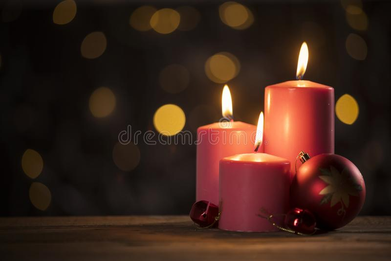 Ornamento velas y de la bola rojas de la Navidad imagen de archivo libre de regalías