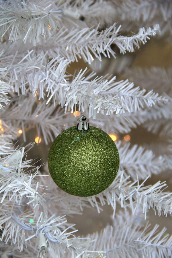 Download Ornamento Verde Chispeante De La Navidad En El árbol Blanco Imagen de archivo - Imagen de vertical, ornamento: 64212015