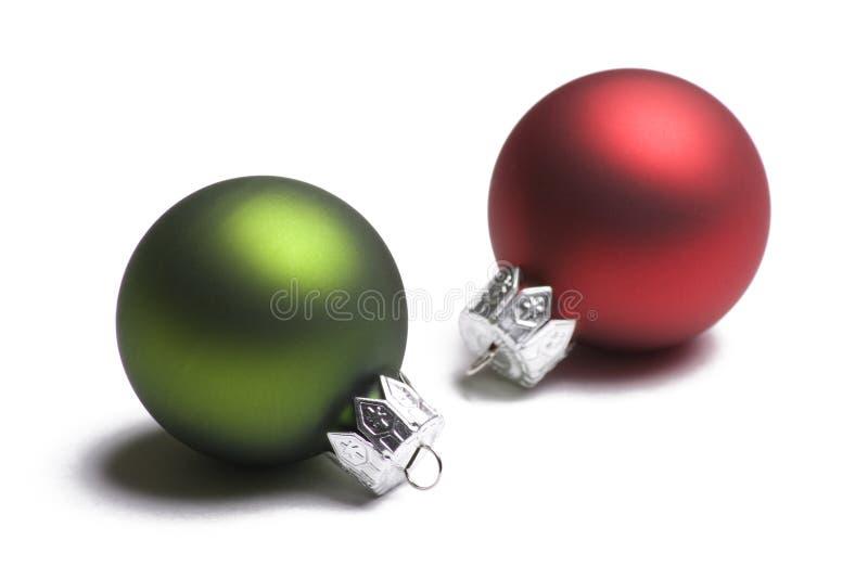 Ornamento verdes e vermelhos do Natal no branco imagens de stock royalty free