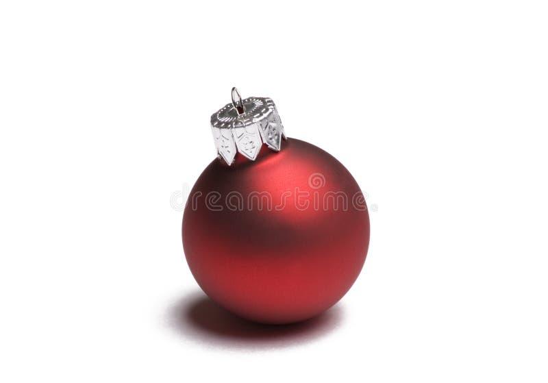 Ornamento vermelho do Natal no branco fotos de stock royalty free