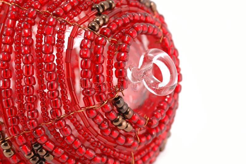Ornamento vermelho frisado de vidro do Natal - parcial fotografia de stock royalty free