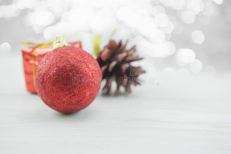 Ornamento vermelhos do xmas com o pinecone no assoalho de madeira Feliz Natal e ano novo feliz imagens de stock royalty free