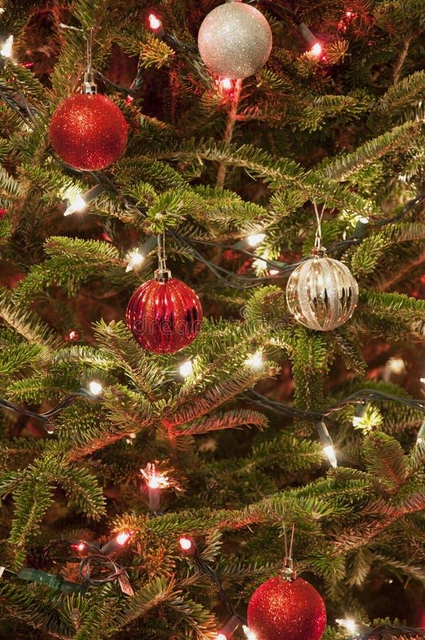 Ornamento vermelhos e de prata do Natal com luzes vermelhas e brancas imagens de stock