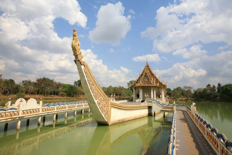Ornamento: vista dianteira do santuário budista no navio imagens de stock