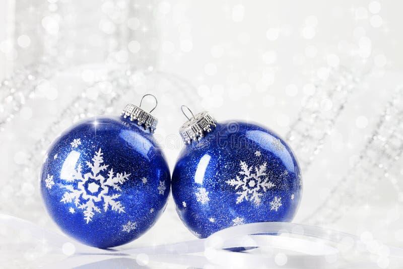 Ornamentos azules de la Navidad fotos de archivo