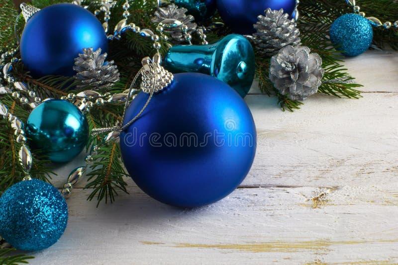 Ornamentos azules de la Navidad, gotas de plata y conos del pino foto de archivo libre de regalías