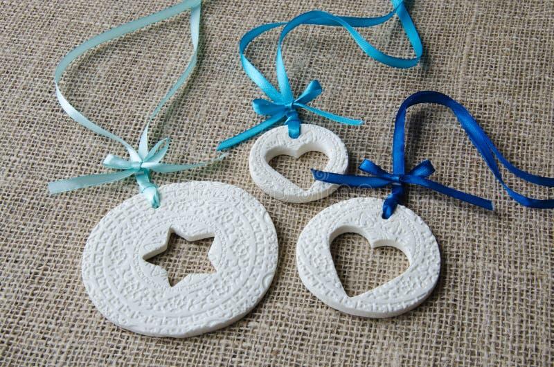 Ornamentos blancos con la cinta azul fotografía de archivo libre de regalías