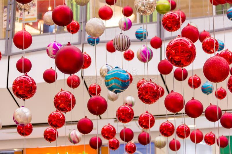 Ornamentos coloridos de la Navidad fotos de archivo libres de regalías