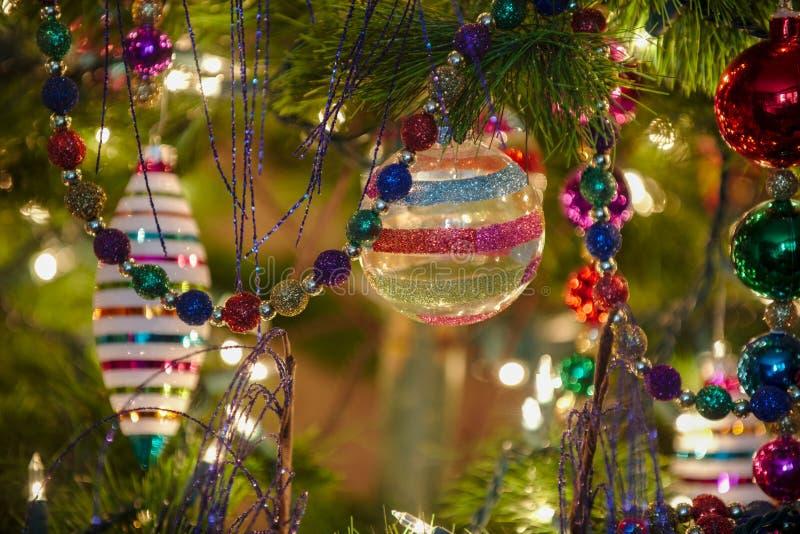 Ornamentos de cristal hermosos de la Navidad foto de archivo
