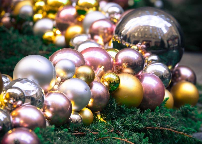 Ornamentos de cristal hermosos del árbol de navidad contra ramas imperecederas foto de archivo