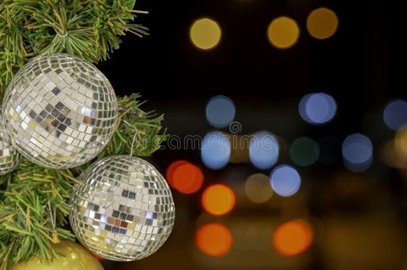 Ornamentos de la bola de cristal en un árbol de navidad y luces borrosas ingenio imagenes de archivo